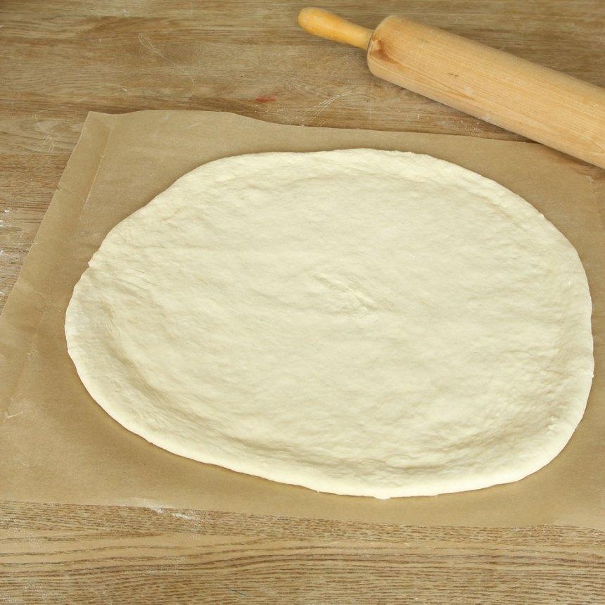 2. Kavla ut degen till en rundel, ½–1 cm tjock, på ett bakplåtspapper. (Eller dela degen i två bitar och kavla ut två rundlar). Lägg pappret med degen på en plåt med bakplåtspapper.