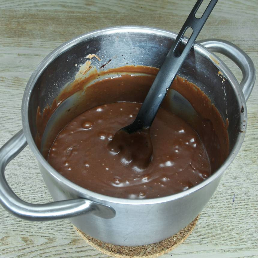 2. Ta bort kastrullen från värmen och tillsätt nougaten. Rör om tills den har smält och allt blandats ordentligt.