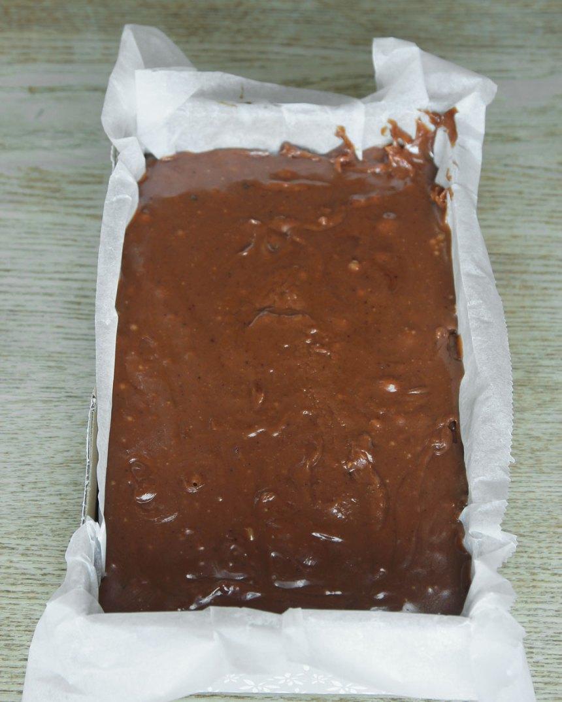 3. Häll smeten i en form med kanter, ca 12 x 16 cm, klädd med bakplåtspapper. Låt den svalna. Ställ den i kylen i ca 1 tim.