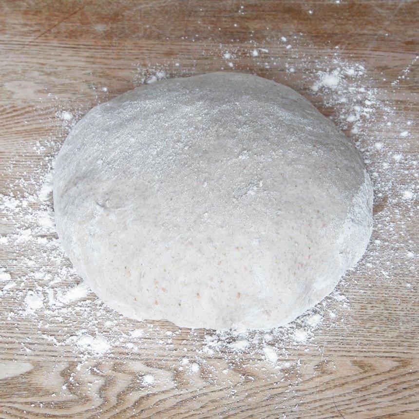 1. Smula ner jästen i en bunke och tillsätt mjölken. Rör om tills jästen lösts upp. Tillsätt smör, salt, sirap, grahamsmjöl och vetemjöl, lite i taget. Blanda ihop allt ordentligt och knåda degen kraftigt i några minuter. Låt degen jäsa under bakduk i ca 45 min.