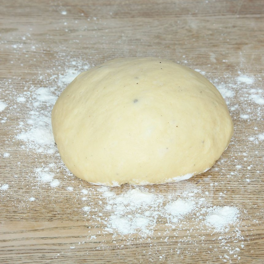 1. Smula ner jästen i en bunke. Tillsätt mjölk och blanda tills jästen lösts upp. Tillsätt strösocker, kardemumma, salt, ägg, smör och vetemjöl, lite i taget. Blanda ihop allt till en smidig deg och knåda den i några minuter. Låt degen jäsa under bakduk i ca 45 min.