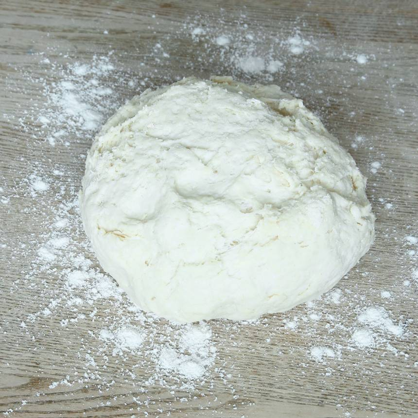 1. Sätt ugnen på 250 grader. Blanda bakpulver, salt och vetemjöl i en bunke. Tillsätt smör och nyp ihop det ordentligt med mjölblandningen. Häll ner filmjölken och blanda ihop allt till en lite kladdig deg.