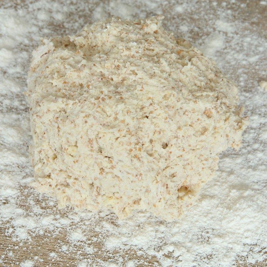 1. Sätt ugnen på 250 grader. Blanda bakpulver, salt, grahamsmjöl och vetemjöl i en bunke. Tillsätt smöret och nyp ihop det ordentligt med mjölblandningen. Häll ner mjölken och blanda ihop allt till en lite kladdig deg.
