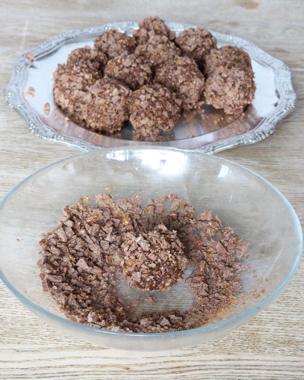 2. Rulla bollar av smet. Hacka chokladkakan i småbitar. Rulla bollarna i chokladen. Förvara dem i kylen.