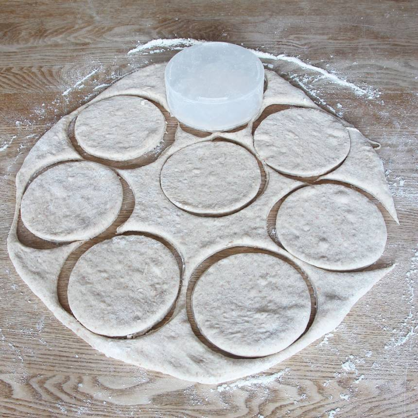 3. Stansa ut runda bröd i degen, ca 10 cm i diameter med en kakform eller ett glas.