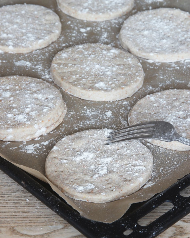5. Nagga bröden med en gaffel. Strö gärna över lite mjöl. Låt dem jäsa under bakduk i ca 30 min. Sätt ugnen på 250 grader.