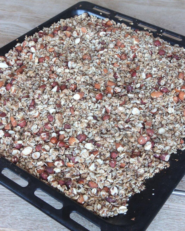 5. Grädda müslin mitt i ugnen i 35–40 min. Rör om var 5:e minut så müslin inte bränns. När müslin är torr och knaprig och har svalnat kan du blanda i russin eller torkad frukt (frivilligt). Förvara müslin i en bruk med tätslutande lock.