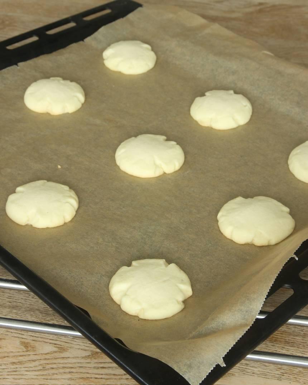 4. Grädda kakorna mitt i ugnen i 14–15 min. Låt dem svalna på plåten.