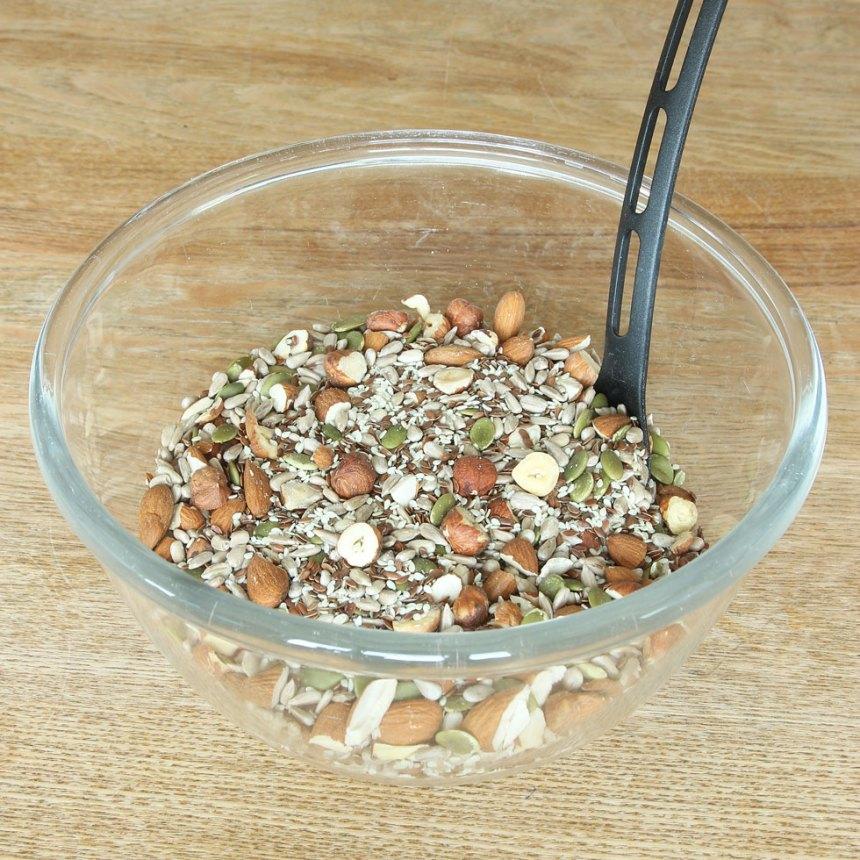 1. Sätt ugnen på 180 grader. Blanda alla nötter, mandlar, frön och salt i en skål.