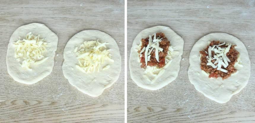 3. Lägg 1–2 msk riven ost samt ungefär lika mycket köttfärs i en liten hög mitt på degbitarna.