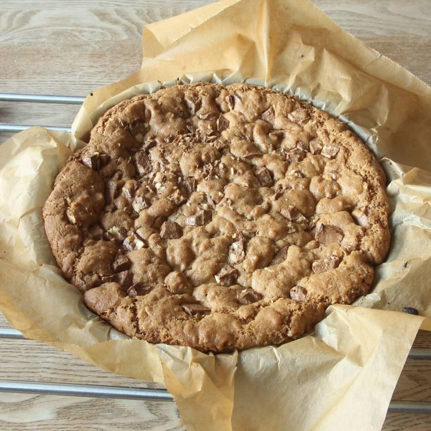 5. Grädda kakan längst ner i ugnen i 30–32 min. Låt den svalna i formen. Pudra över lite florsocker före servering. Ät kakan som den är eller servera med vispad grädde eller vaniljglass.