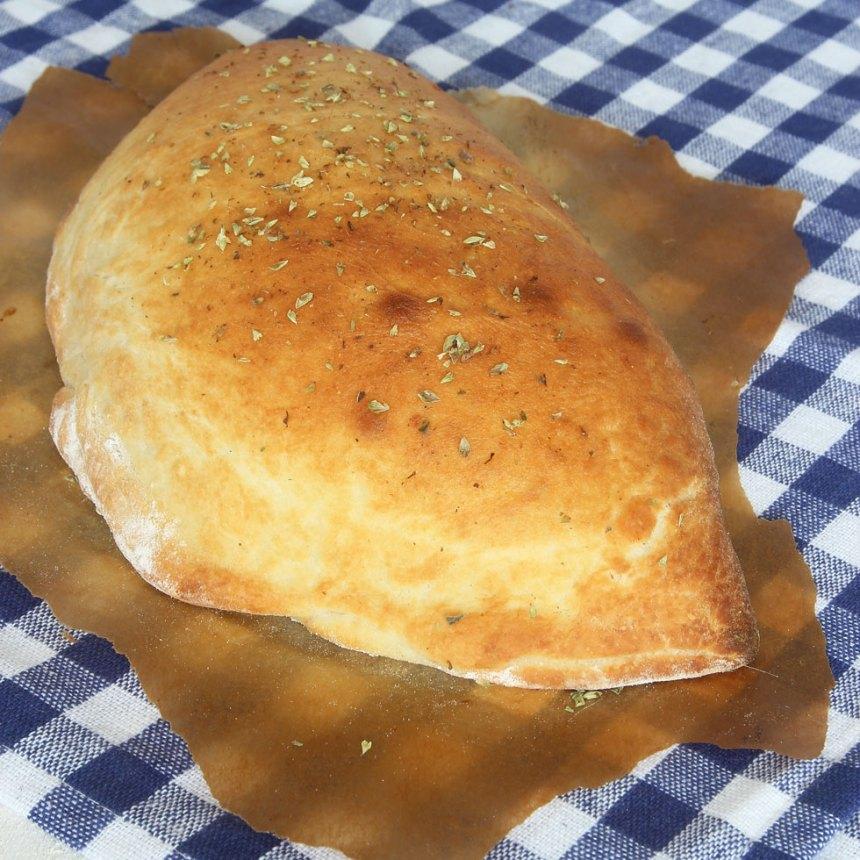 6. Pensla pizzan med olja och strö över oregano (kan uteslutas).