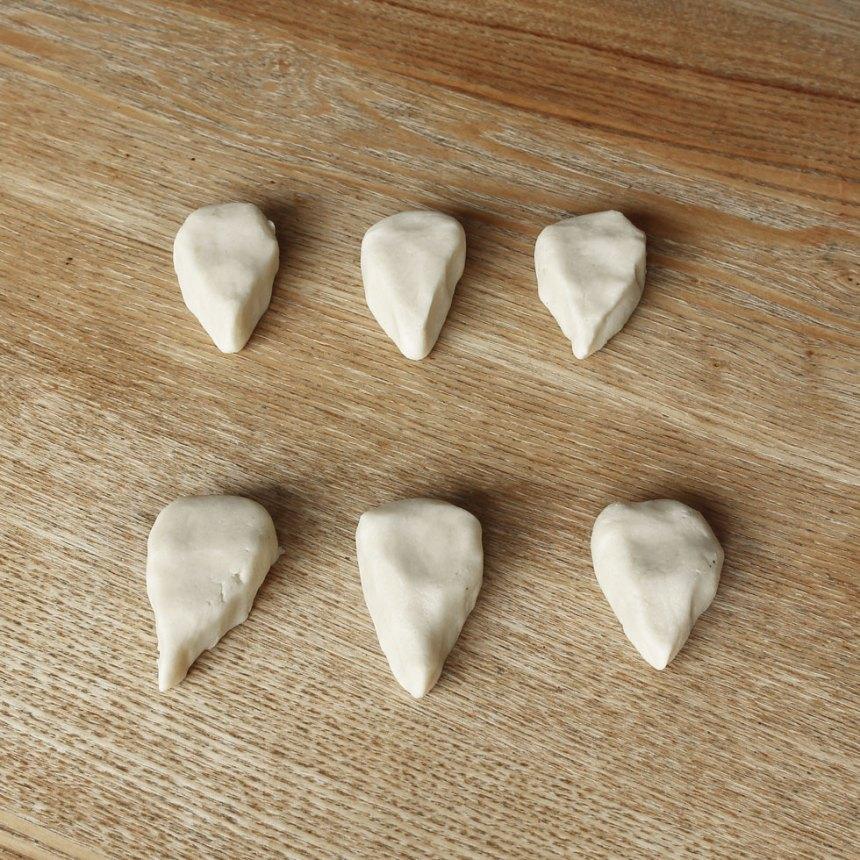 2. Dela degen i ca 20 bitar. Forma dem till igelkottar med en smal nos och rund kropp, enligt bilden.