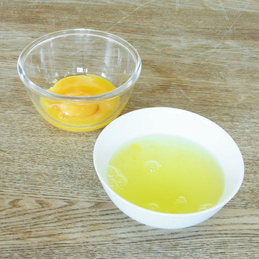 1. Separera äggulorna från vitorna.