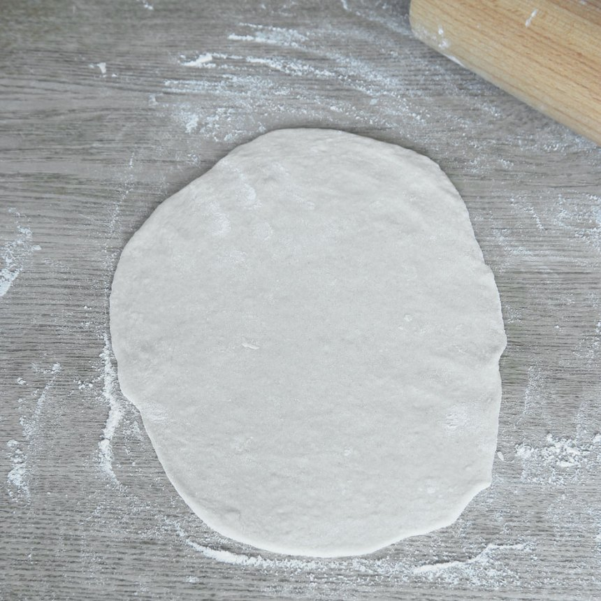 2. Dela degen i ca 6 bitar. Kavla ut dem till ovaler, ½–¾ cm tunna, på ett mjölat bakbord.