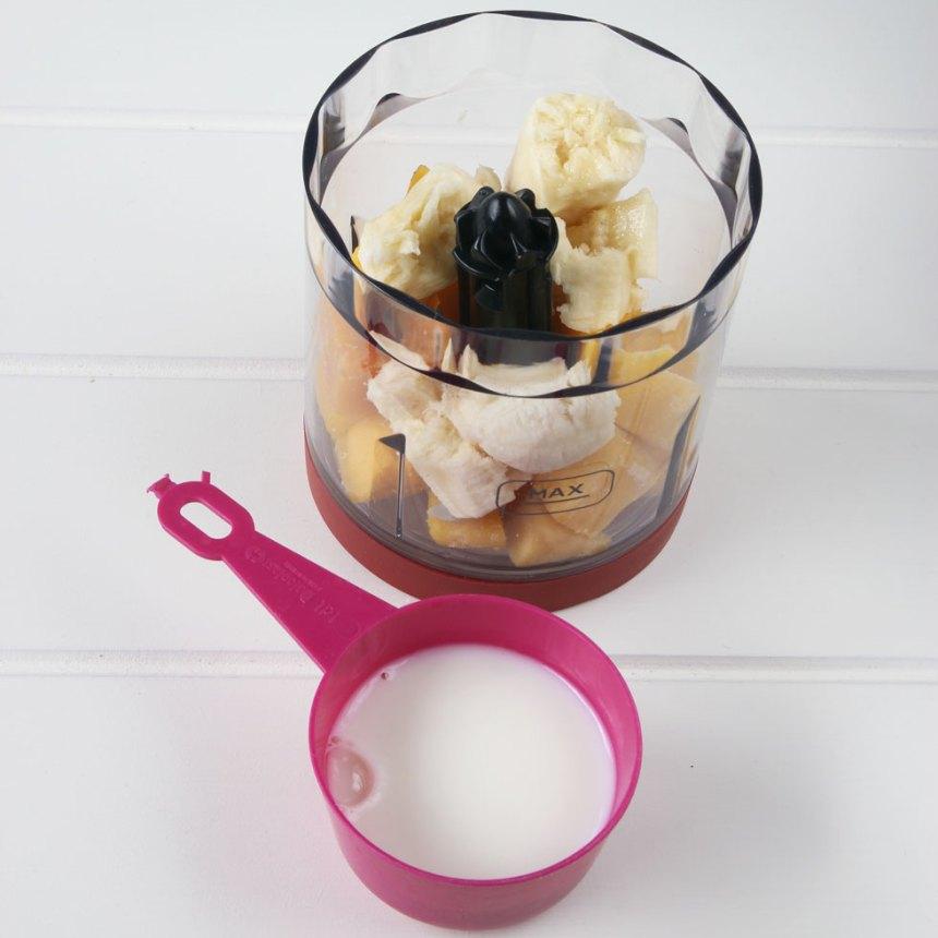 1. Häll alla ingredienserna i en hushållsmaskin eller mixer med knivar.