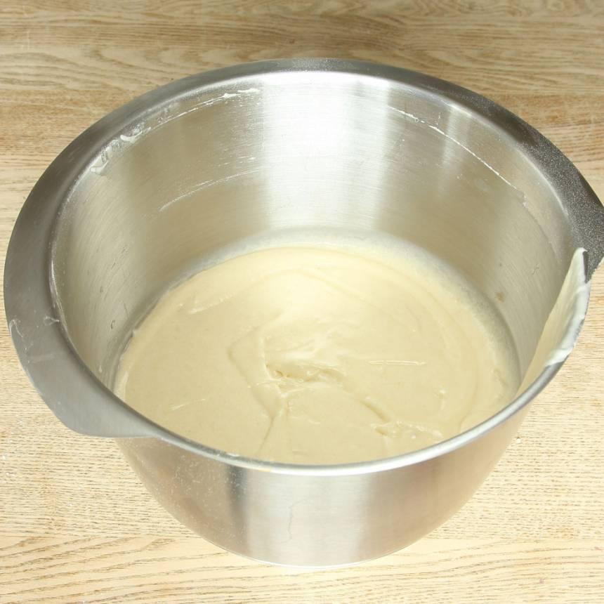 1. Sätt ugnen på 200 grader. Vispa ägg och strösocker pösigt i en bunke. Blanda ihop de torra ingredienserna och tillsätt dem ihop med smöret och mjölken. Blanda ihop allt till en slät smet.