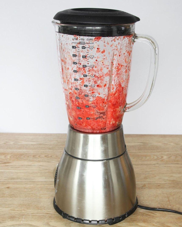 2. Mixa sönder jordgubbar och banan i en mixer. Tillsätt mjölken och mixa i någon minut till en fluffig shake. Drick den direkt när den är iskall.