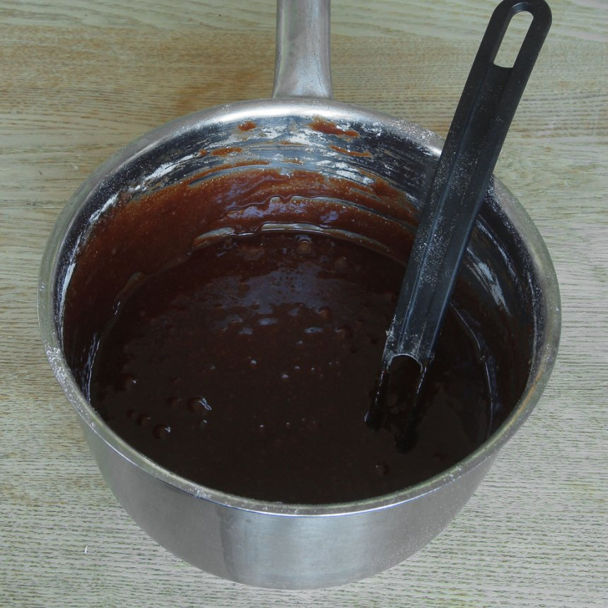 1. Sätt ugnen på 180 grader. Smält smöret i en kastrull. Tillsätt resten av ingredienserna och blanda ihop allt till en slät smet.