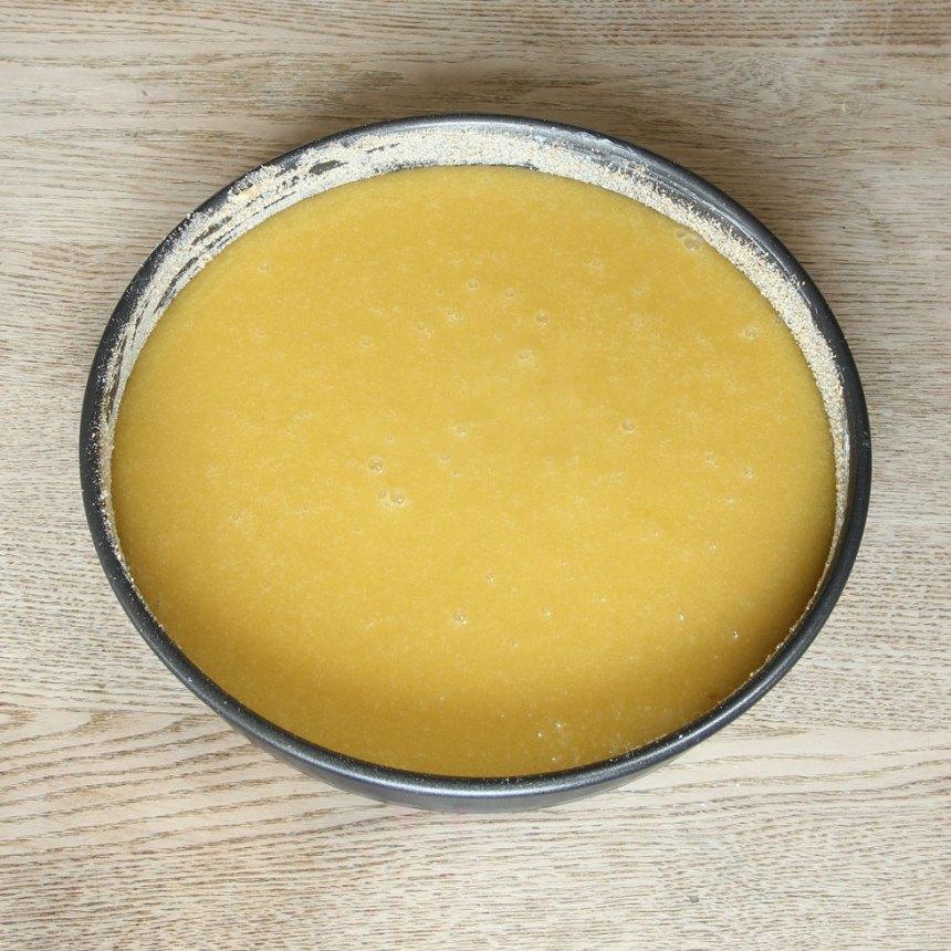 2. Häll smeten i en smord och bröad springform, 23–24 cm i diameter.
