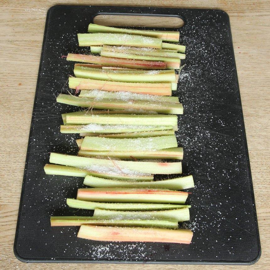 4. Strö socker över rabarberbitarna.
