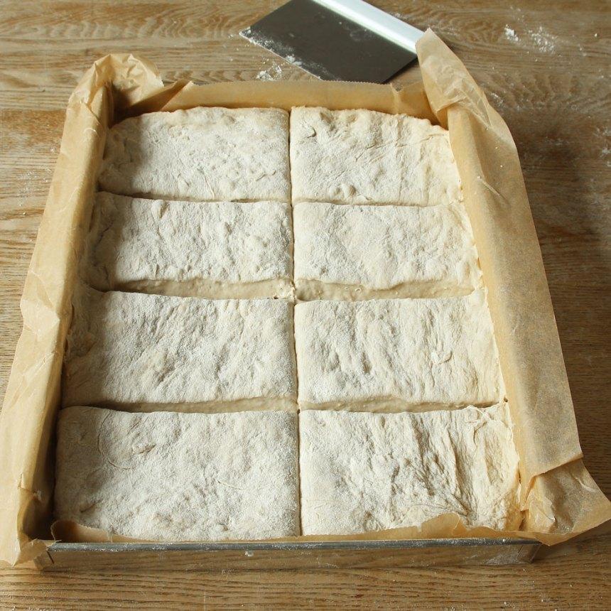 3. Skär degen i rutor, ca 8 st med en degskrapa eller kniv.