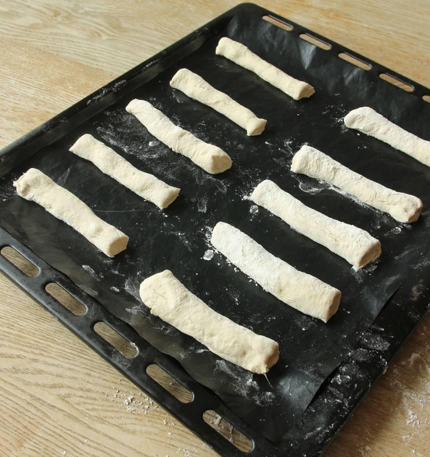 3. Lägg bitarna brett isär på en plåt med bakplåtspapper. Låt dem jäsa under bakduk i ca 30 min. Sätt ugnen på 250 grader.