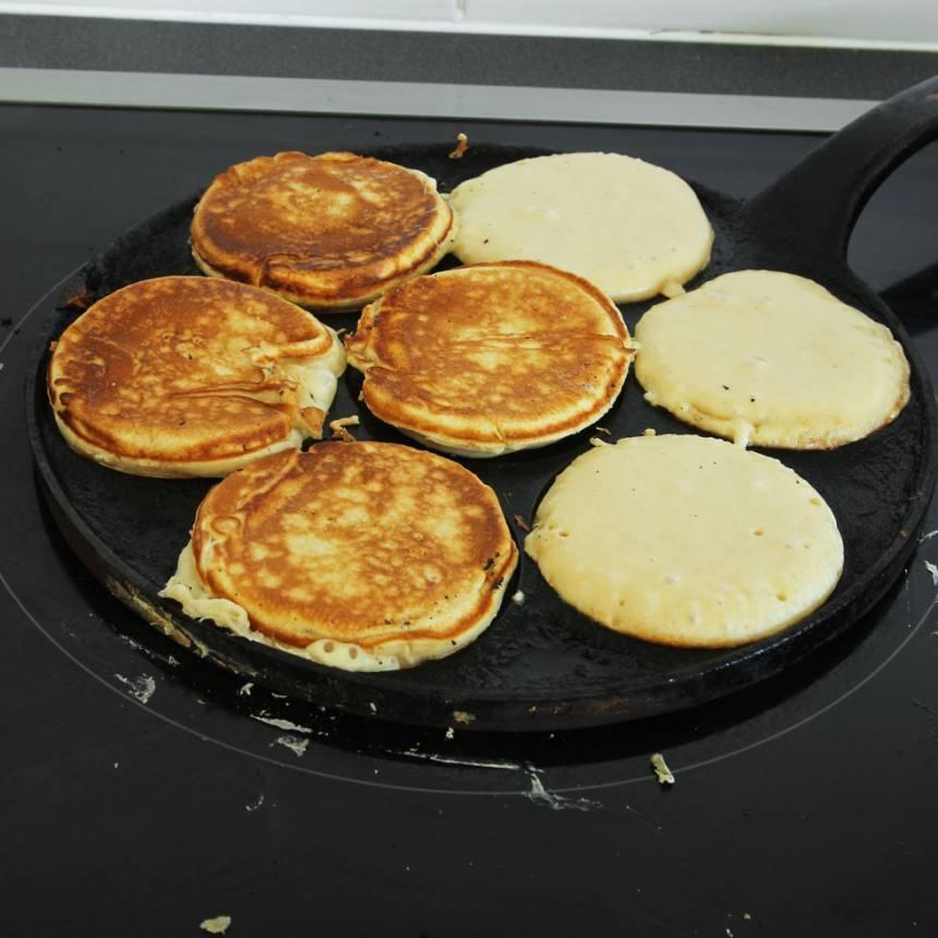 3. Stek krabbelurerna i några minuter på varje sida. Vänd dem när de fått fin färg. Servera gärna plättarna med vispad grädde, mosade bär, äppelmos eller sylt.