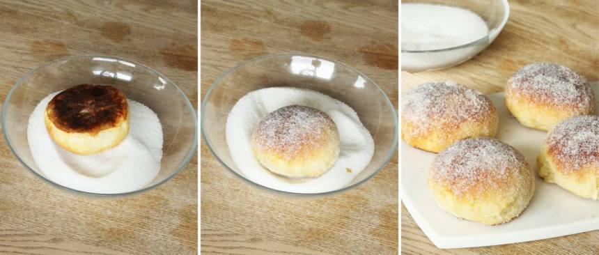 7. Pensla bullarna med smält smör medan de fortfarande är ljumna. Doppa dem i strösocker och låt dem kallna. De bullar som inte ska ätas direkt kan frysas in och garneras med socker senare.