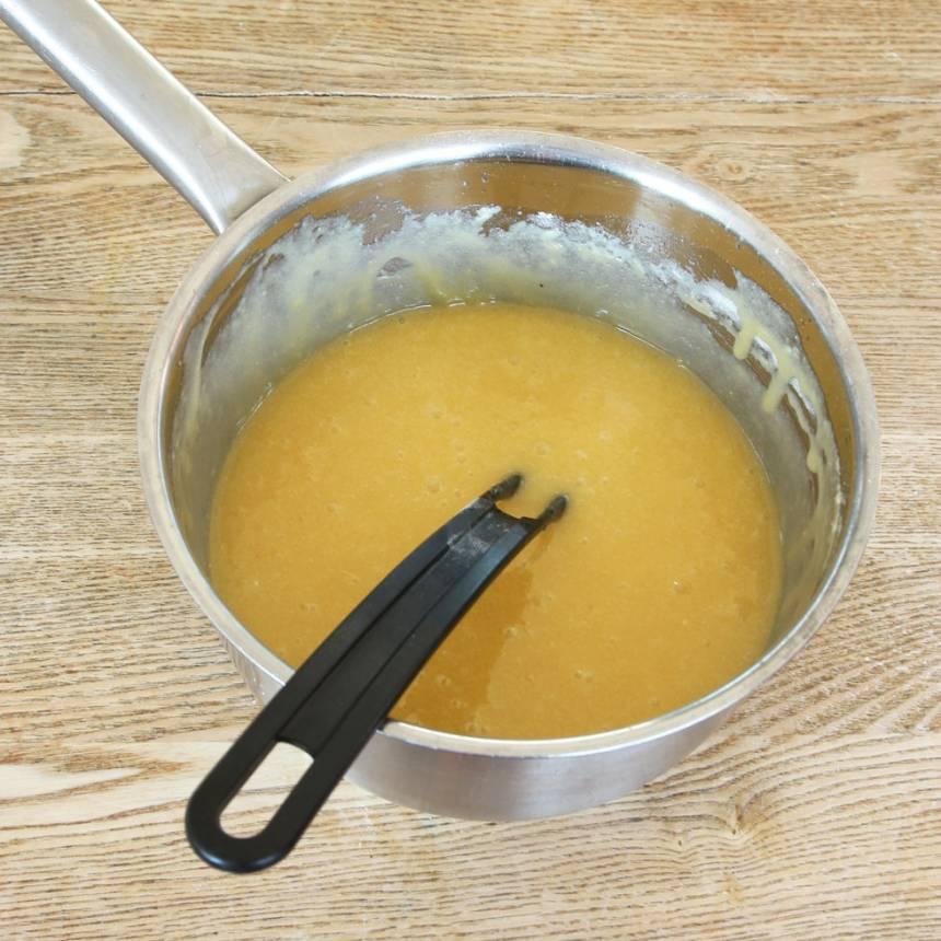 1. Sätt ugnen på 180 grader. Smält smöret i en kastrull. Ta bort den från värmen och låt smöret svalna något. Tillsätt resten av ingredienserna i kastrullen och rör ihop allt till en slät smet.