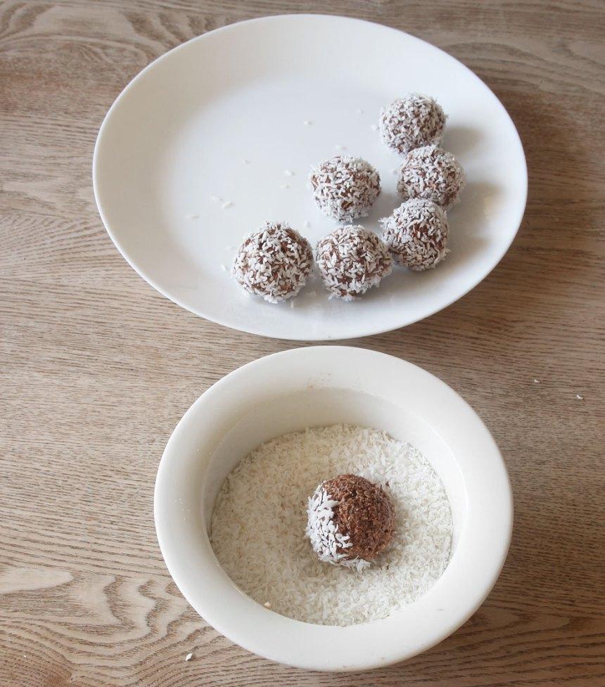 3. Rulla bollar av smeten och rulla dem i kokos. Förvara dem i kylen, de håller i ett par dagar.
