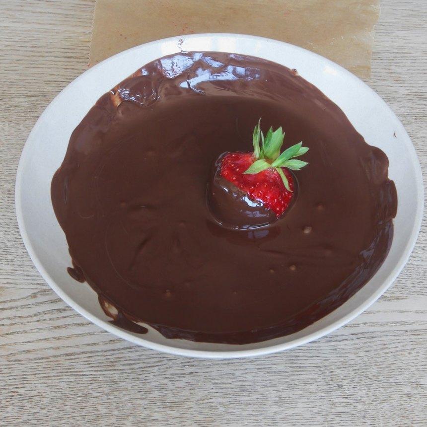 2. Doppa jordgubbarna i chokladen.