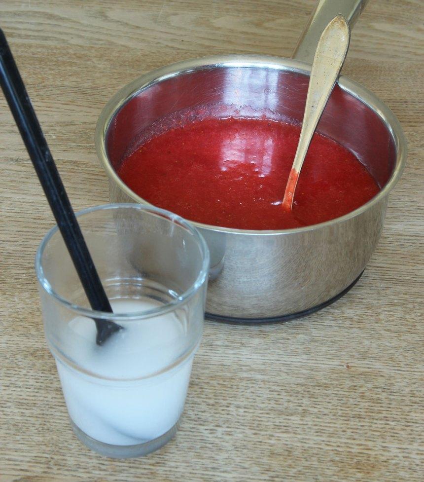 2. Blanda ut potatismjölet i ett glas med ½ dl kallt vatten.