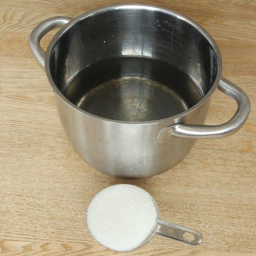 1. Koka upp vatten och strösocker i en kastrull så sockerkristallerna smälter. Låt vattnet kallna helt.