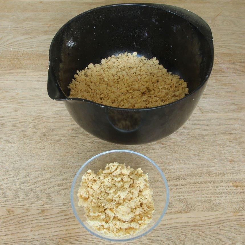 2. Lägg 2 dl av smuldegen i en liten skål.