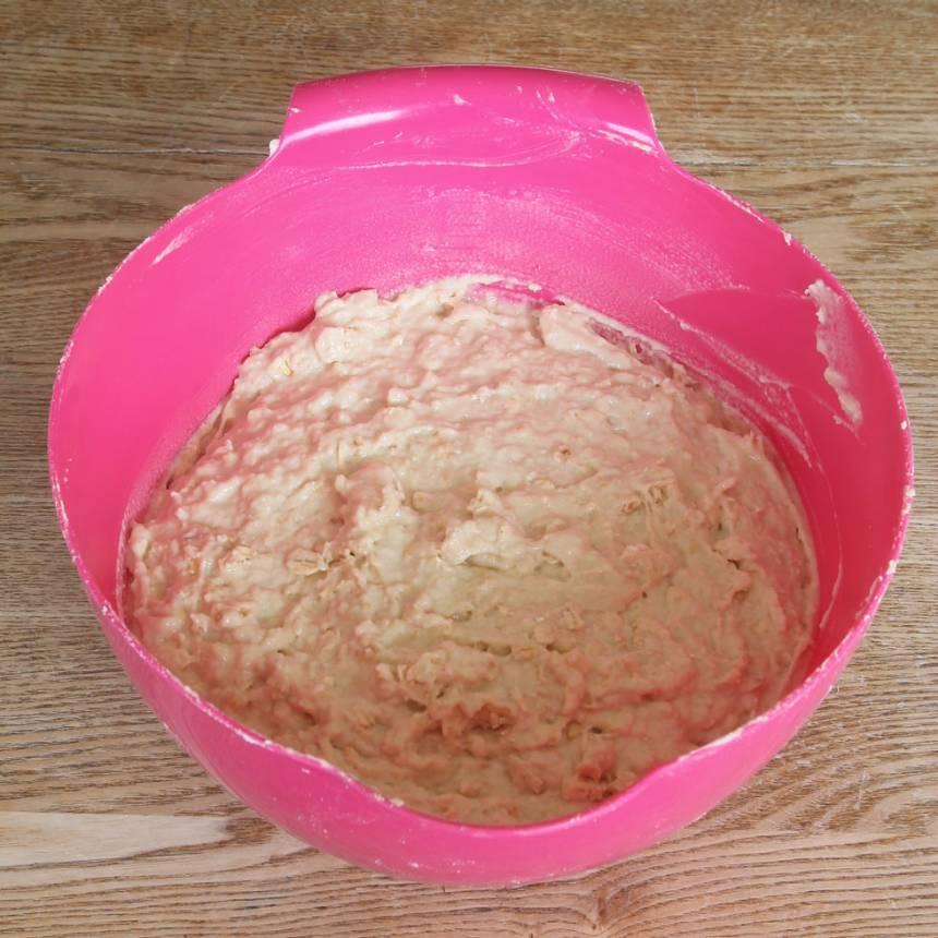 1. Sätt ugnen på 225 grader. Nyp ihop smöret med de torra ingredienserna. Tillsätt mjölken och blanda ihop allt till en lite kladdig deg.