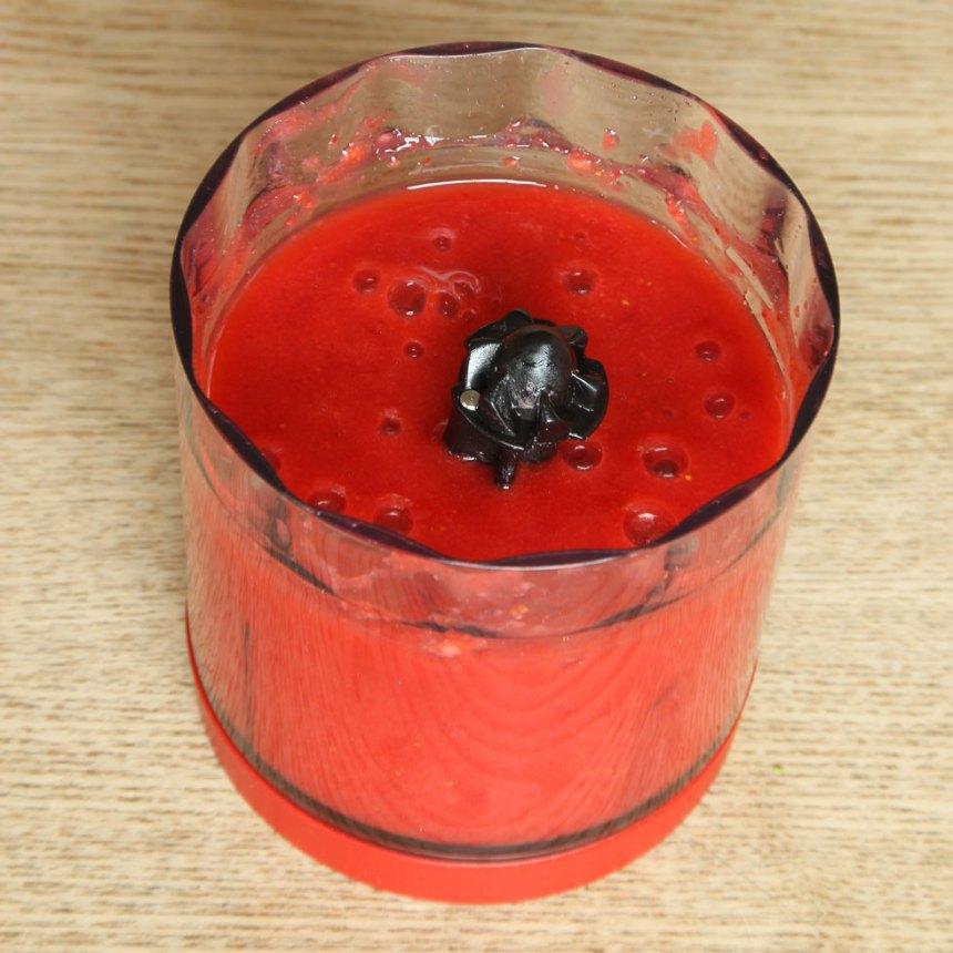 1. Mixa sönder jordgubbarna i mixer eller med en mixerstav.