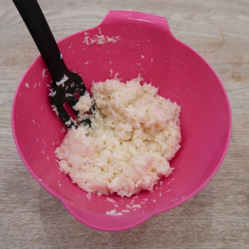 4. Bounty: Blanda ihop alla ingredienserna i en skål. Rör om ordentligt.