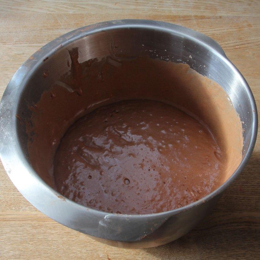 1. Sätt ugnen på 180 grader. Vispa ägg och strösocker pösigt i en bunke. Blanda kakao, vetemjöl och bakpulver. Rör ner det i äggblandningen ihop med smör och mjölk. Vispa ihop allt till en slät smet.