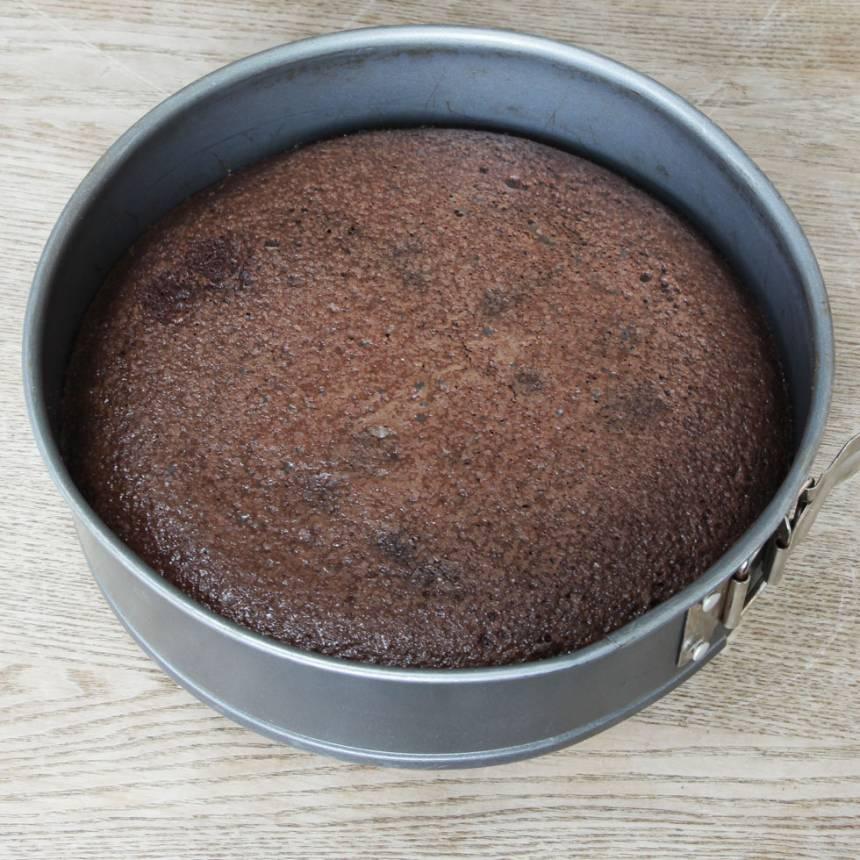2. Häll smeten i en smord och bröad springform, 23–24 cm i diameter. Grädda kakan mitt i ugnen i 22–28 min beroende på hur kladdig du vill ha den. Låt den kallna i formen.