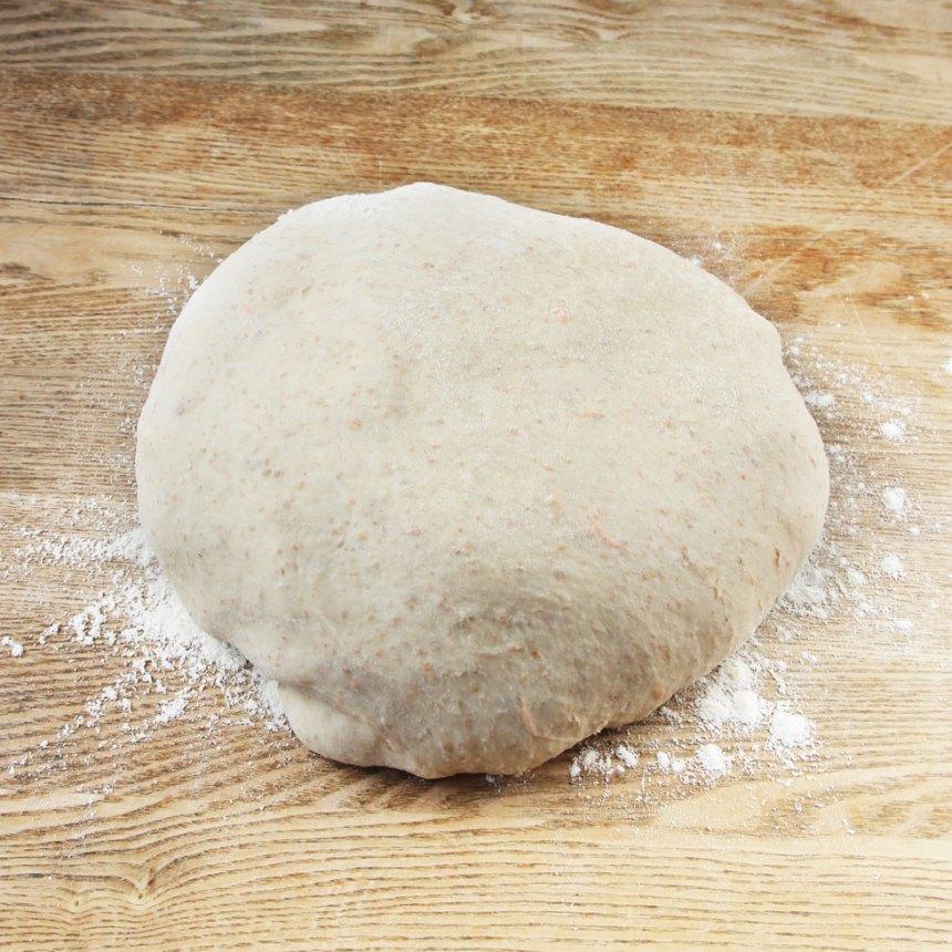 1. Smula ner jästen i en bunke. Tillsätt mjöl och vatten och blanda tills jästen är upplöst. Tillsätt salt, rapsolja, rivna morötter och grahamsmjöl. Blanda ordentligt. Tillsätt vetemjöl, lite i taget till en smidig deg. Knåda den i några minuter. Låt degen jäsa under bakduk i ca 1 tim.