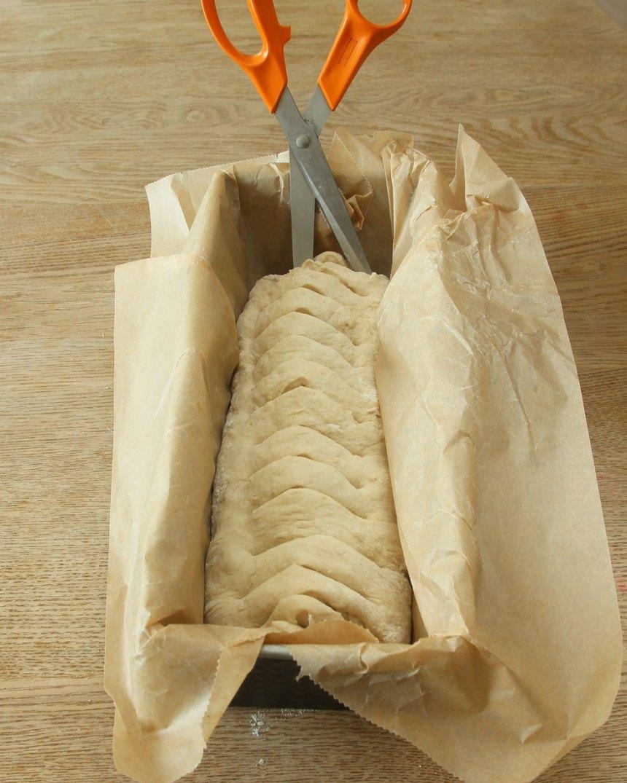 3. Klipp djupa snitt i degen med en sax eller skär djupa snitt med en kniv.