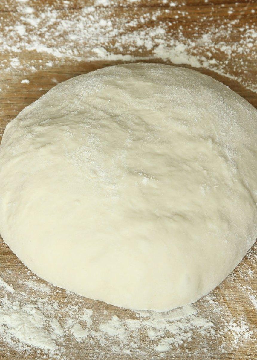 1. Sätt ugnen på 180 grader. Smält smöret i en kastrull. Tillsätt resten av ingredienserna och rör snabbt ihop allt till en slät smet.