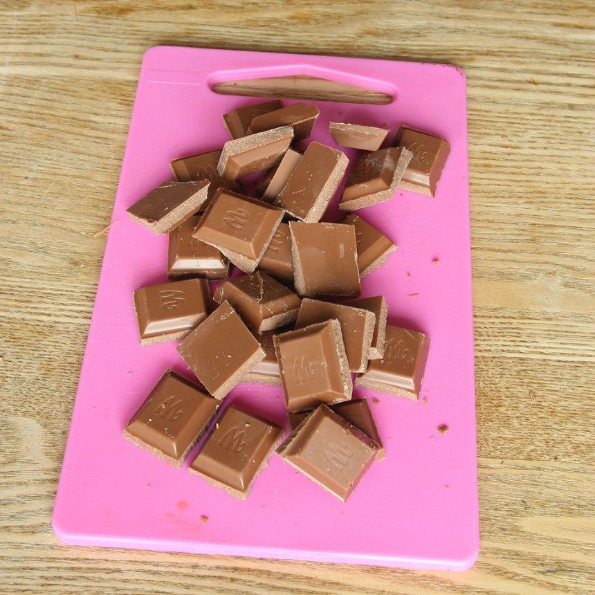 3. Bryt chokladkakan i bitar.
