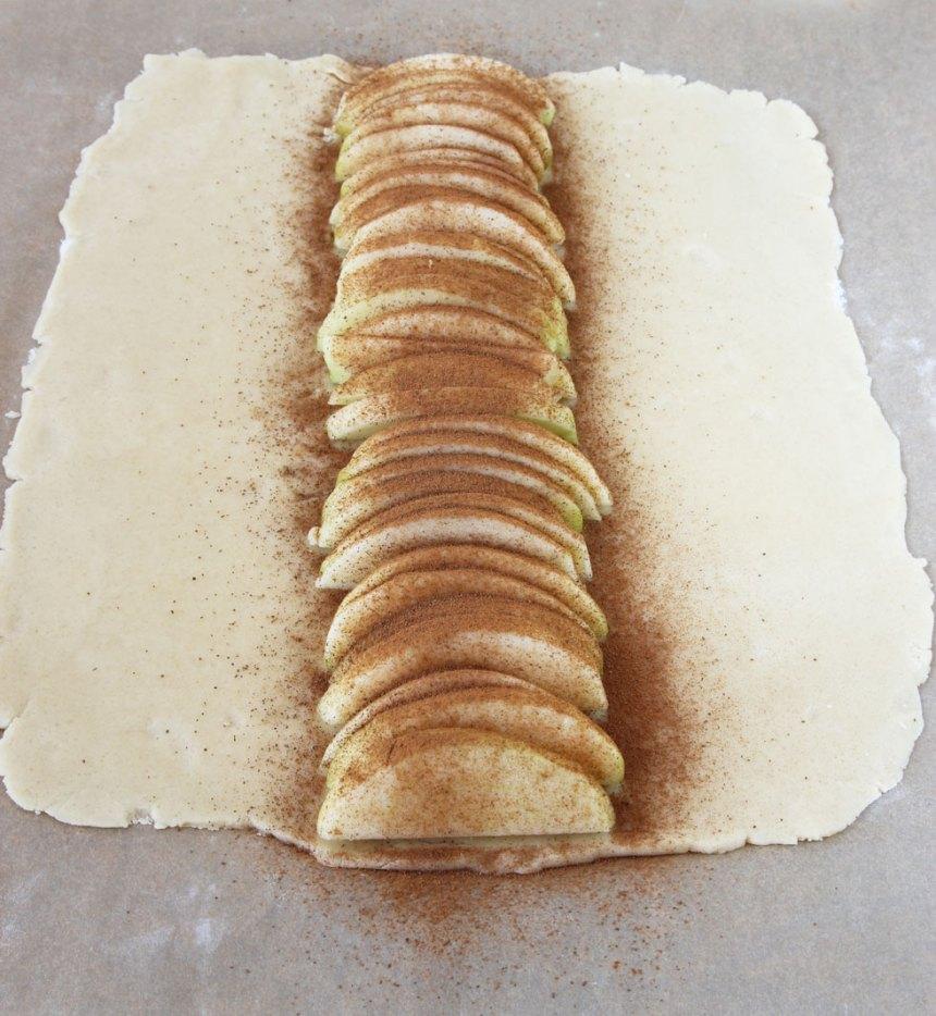 5. Strö strösocker och kanel över äpplena.