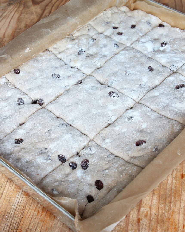 4. Låt degen jäsa under bakduk i ca 30 min. Sätt ugnen på 230 grader.