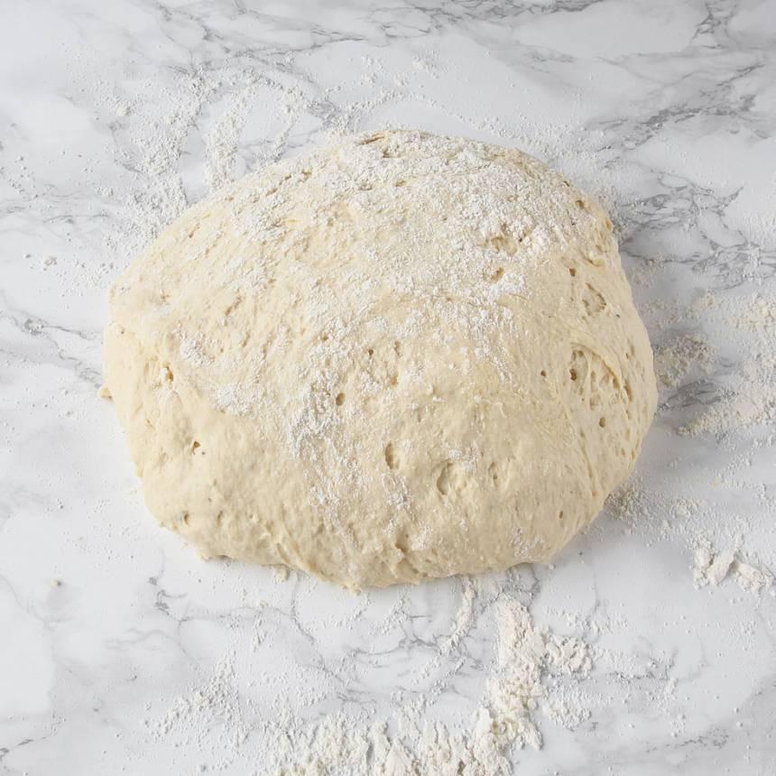1. Smula ner jästen i en bunke. Tillsätt mjölken och rör om tills jästen lösts upp. Tillsätt smör, ägg, salt, kardemumma och vetemjöl, lite i taget. Blanda ihop allt till en smidig deg och knåda den i några minuter.