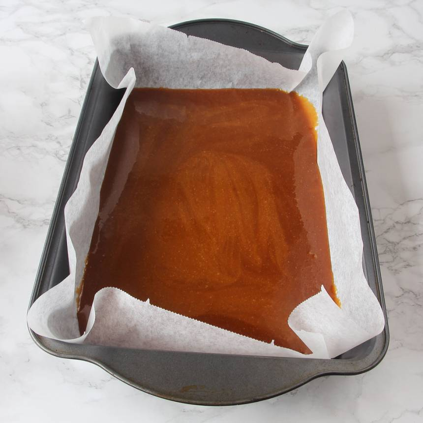 2. Häll ut smeten på ett bakplåtspapper (du kan lägga pappret i en form, ca 25 x 25 cm om du vill ha jämnare kanter. Men om smeten kan också flyta ut på ett bakplåtspapper. Ställ bottnen för att stelna i frysen en stund.