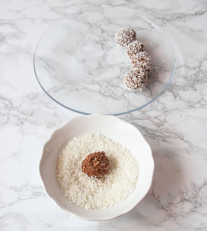 3. Gör runda bollar i önskad storlek och rulla dem i kokos. Förvara dem i en burk med lock i kylen.