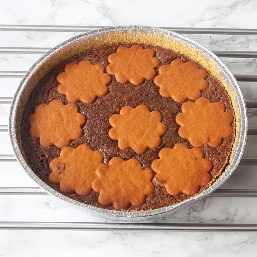 4. Grädda kakan mitt i ugnen i 22–30 min beroende på hur kladdig du vill ha den. Låt den svalna i formen. Servera gärna kakan med vispad grädde eller vaniljglass.